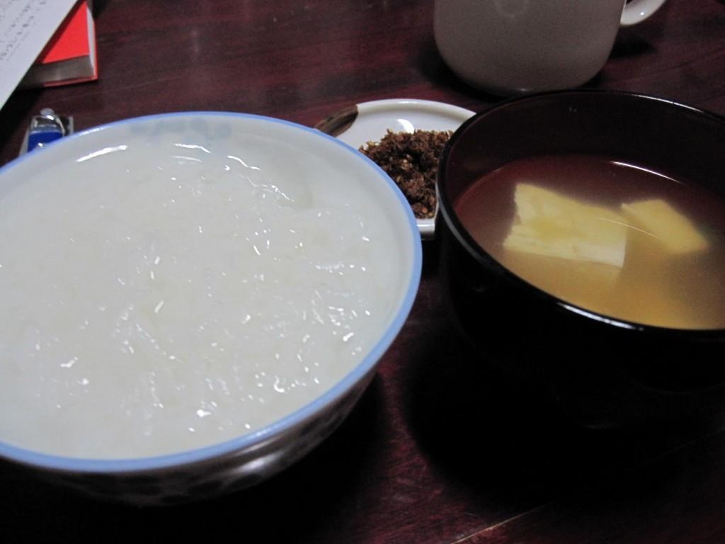 御飯と味噌汁、根菜のお漬け物。